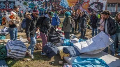 Het terrein aan de Tolstraat in De Pijp waar vluchtelingen hun tenten hadden opgeslagen. Het tentenkampje werd dinsdagmiddag op last van burgemeester Van der Laan ontruimd nadat de vluchtelingen daar de nacht hadden doorgebracht. De groep streek op de plek neer nadat zij eerder die dag uit de Vluchtgarage waren gezet.  (Hollandse Hoogte)